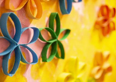 Askarreltuja värikkäitä paperikukkia.