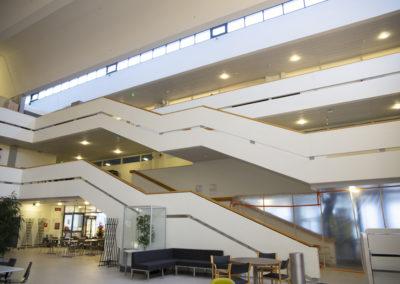 Sammonkadun sisätilat, joissa iso portaikko.