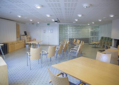 Kokoustila Tähkässä tuolirivit ja pöytiä