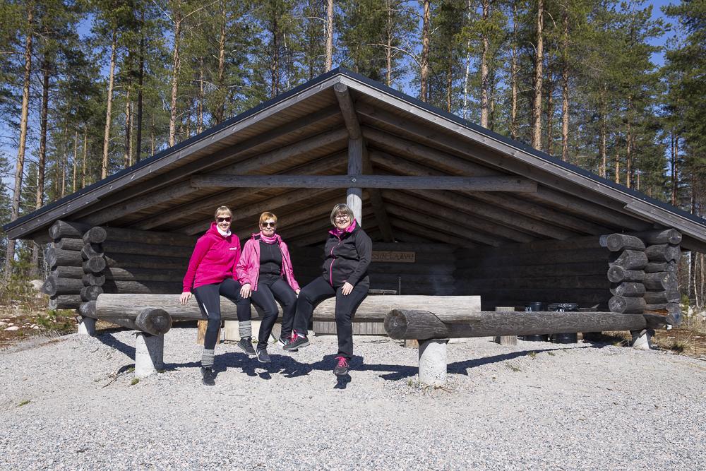 Jussin laavulla istuu kolme naista.