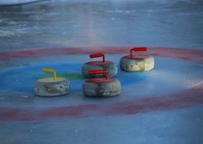 Curlingkiviä jäällä.
