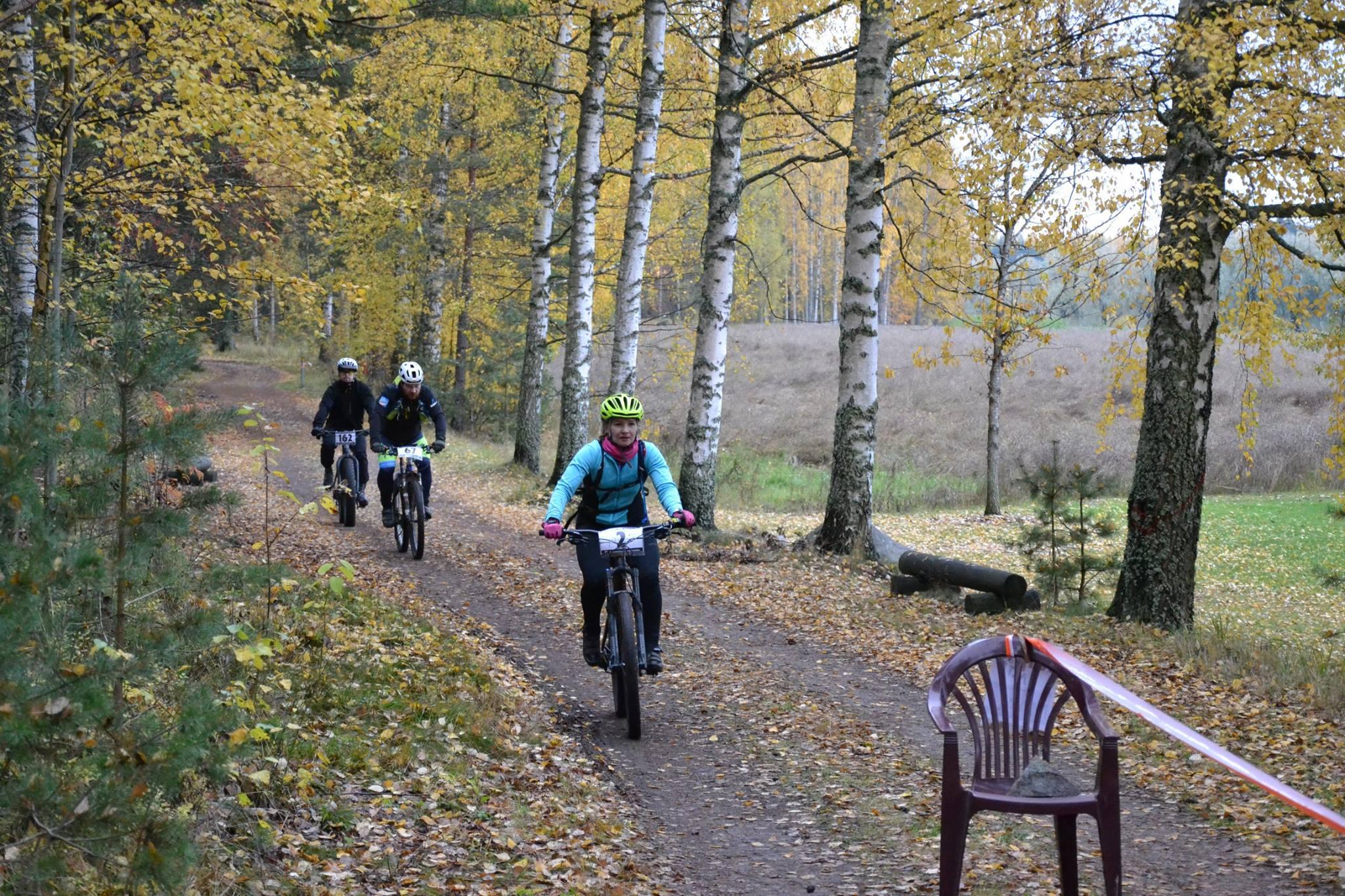 Maastopyöräilijät ajavat reitillä KiipMTB-kisassa.