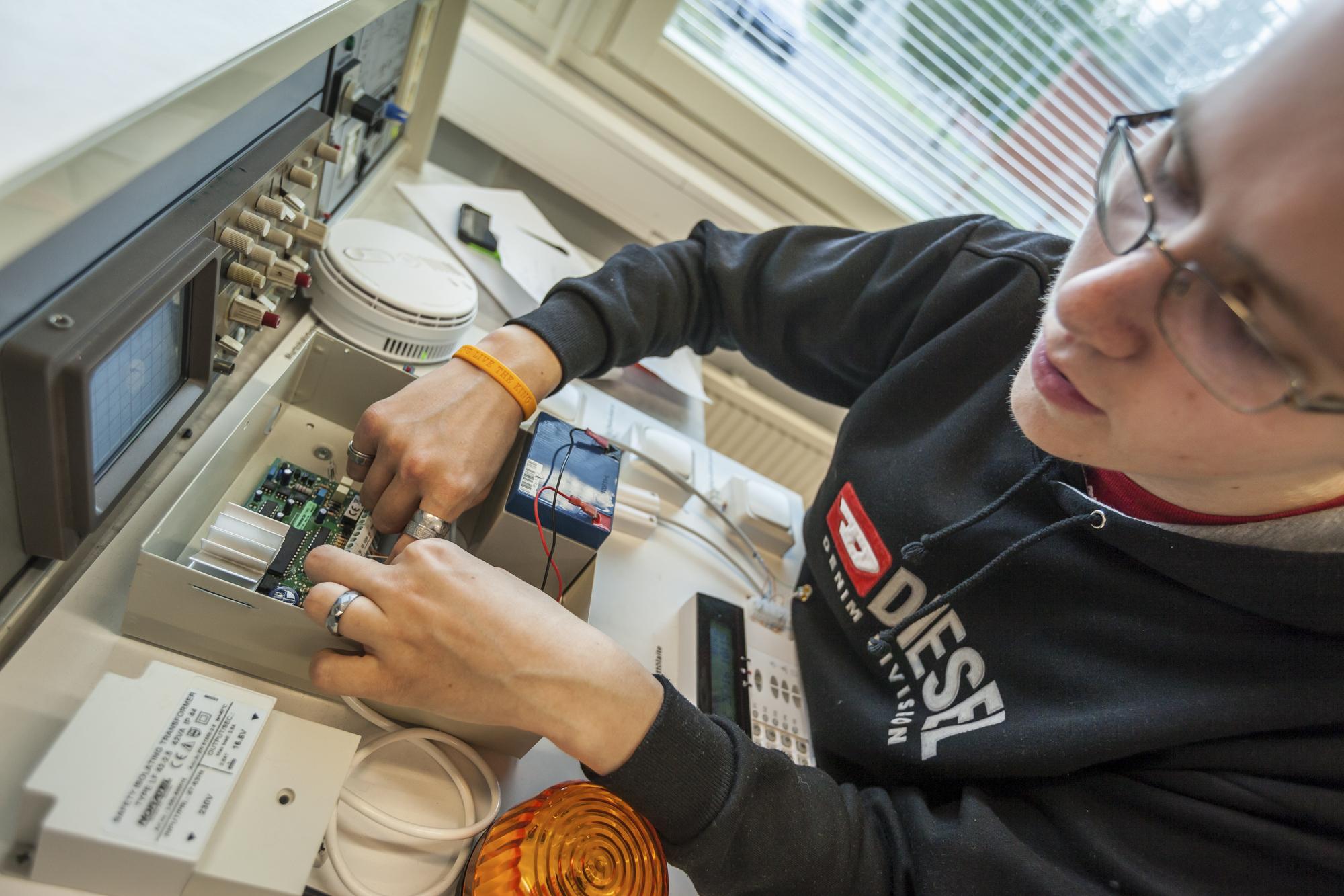 Opiskelija asentaa muistia tietokoneen kovalevylle.