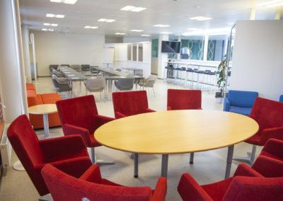 Kokoustilamaisemassa kaksi pöytäryhmää ja kokouspöytä U-muodossa.