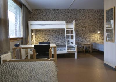 Guest House neljän hengen huone / perhehuone, jossa kaksi 90 cm sänkyä ja kerrossänky, jossa alasänky 120 cm.