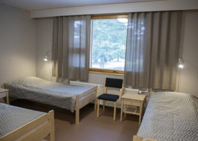 Guest House kolmen hengen huone, jossa kolme 90 cm sänkyä, suihku ja wc.