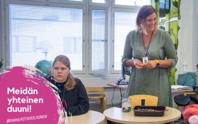 Hanna vie opetusta luokasta pois