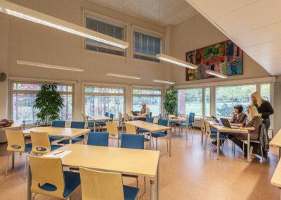 Ikkunallisessa kokous-/luokkatila Tutkinnossa neljän hengen ryhmäpöydät.