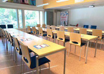 Ikkunallinen kokous- ja luokkatila Tutkinto kalustettuna luokkamuotoon.