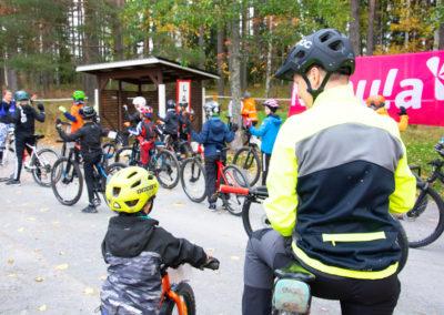 KiipMTB 2020 maastopyöräilijöitä lähtötunnelmissa ennen lasten starttia.