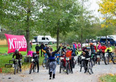KiipMTB 2020 maastopyöräilijöitä lasten startissa lämmittelemässä.