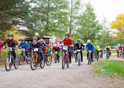 KiipMTB 2020 maastopyöräilijöitä lasten startissa.