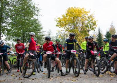 KiipMTB maastopyöräilijöitä lähtötunnelimssa ennen starttia.