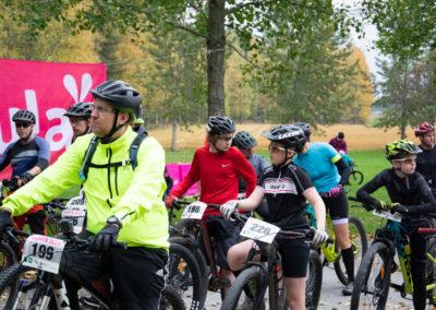 KiiPMTB 2020 maastopyöräilijöitä lähtötunnelmissa ennen starttia.
