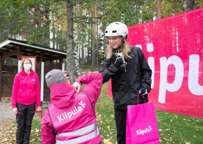 KiipMTB tyttöjen sarjan 6 km voittaja palkintokorokkeella.