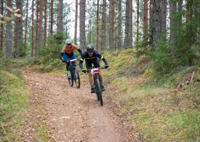 KiipMTB 2020 kaksi maastopyöräilijää mestäpolulla.