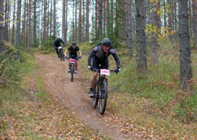 KiipMTB 2020 maastopyöräilijöitä mestäpolulla.