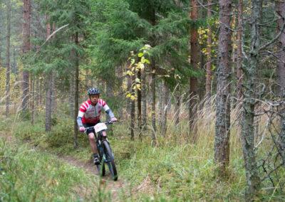 KiipMTB 2020 maastopyöräilijä mestäpolulla.