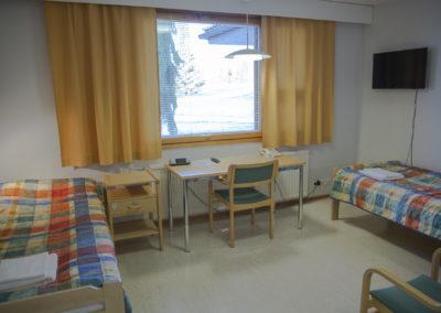 Kiipula Guest House kahden hengen huone, jossa kaksi 90 cm sänkyä, wc, suihku ja televisio.