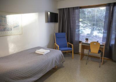 Kiipula Guest House yhden hengen huone, jossa 100 cm leveä sänky, wc, suihku ja televisio.