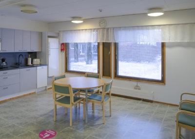 Kiipula Guest Housen pieni keittiö ja oleskelutila.