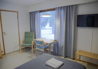 Kiipula Guest House yhden hengen huone, jossa on120 cm leveä erikoispitkä sänky, wc, suihku ja televisio.