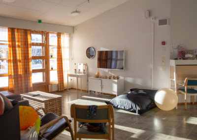 Asuntolan olohuone, tv, säkkituoli.