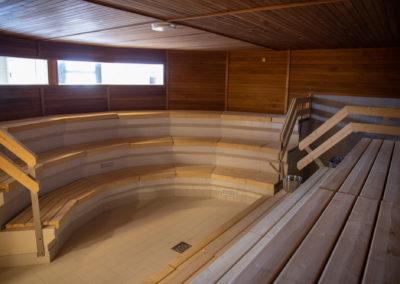 Uimahallin tilava sauna, johon pääsee myös pyörätuolilla.