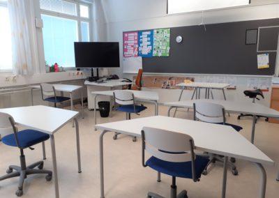 Jokaisella ryhmällä on oma luokkatila, ja jokaisella opiskelijalla oma työpöytä.
