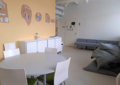 Opiskelijoiden taukohuoneessa on sohva, pöytäryhmä ja säkkituoleja.