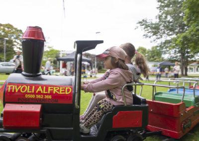 Lapsia tivolijunan kyydissä.
